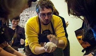 Honza Šmikmátor napekl stovky chlebů. Naučí to ivás