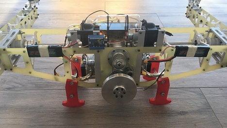 Dron se čtyřtaktním motorem vydrží ve vzduchu až 3 hodiny.