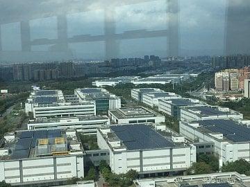 Komplex výrobních hal Huawei v čínském městě Dongguan