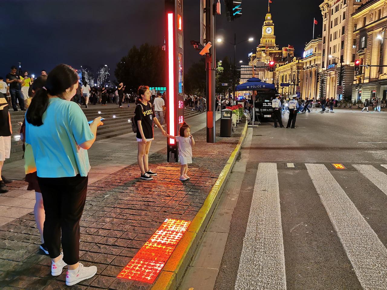 Chytrý a sledující přechod pro chodce v Šanghaji v Číně