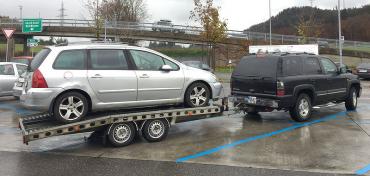 Porouchaný Peugeot 307 SW bylo nutné odtáhnout do ČR. Foceno mobilem. (11/2016)