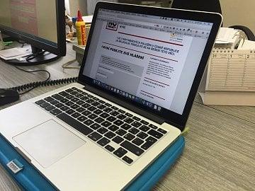 Sedím na kriminálce a na svém počítači ukazuji, jak jsem podával hlášení na webu BSA.