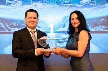 Personální ředitel Radomír Mikoláš z firmy Kovona System, a.s., přebírá vítěznou trofej od porotkyně Hany Vackové.