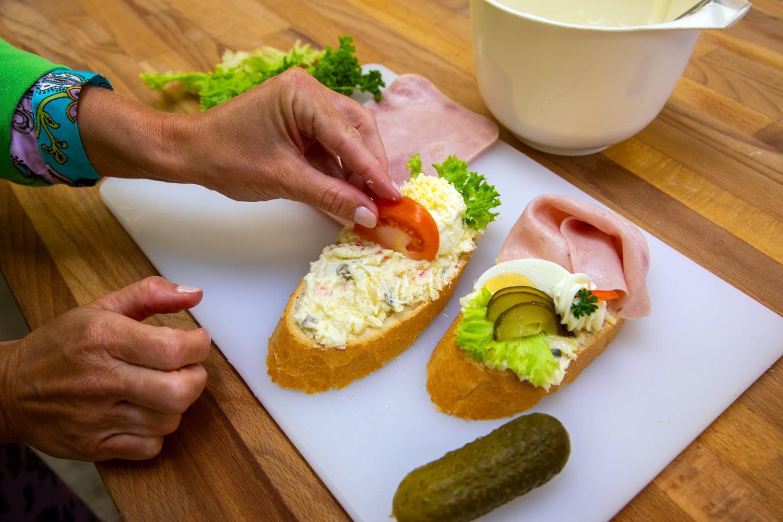 Jak se vyrábějí chlebíčky v Libeřských Lahůdkách