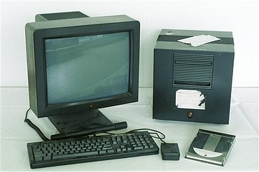 Počítač NeXT, který byl použit jako první webový server. Tim Bernes-Lee používal tento stroj i při vývoji multimediálního prohlížeče a webového editoru.