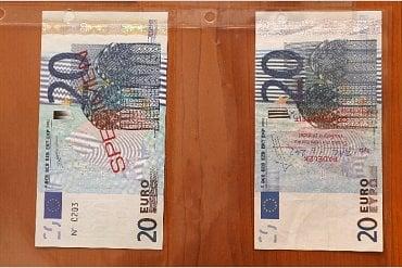 Padělané bankovky ve srovnání s originálem.