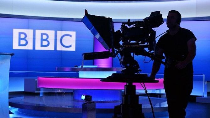 Proč Britové diskutují orušení televizních poplatků? Vláda argumentuje dětmi iseniory