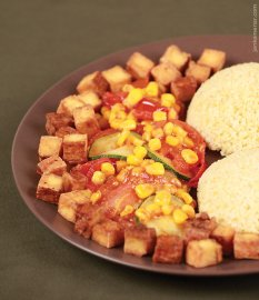 Bulgur se zeleninovou směsí a uzeným tofu