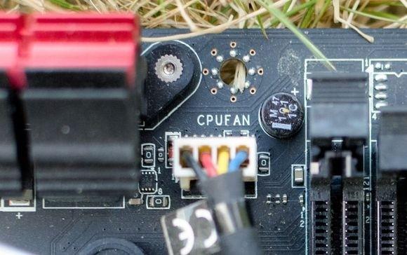 Nezapomeňte připojit větráček chladiče procesoru k základní desce