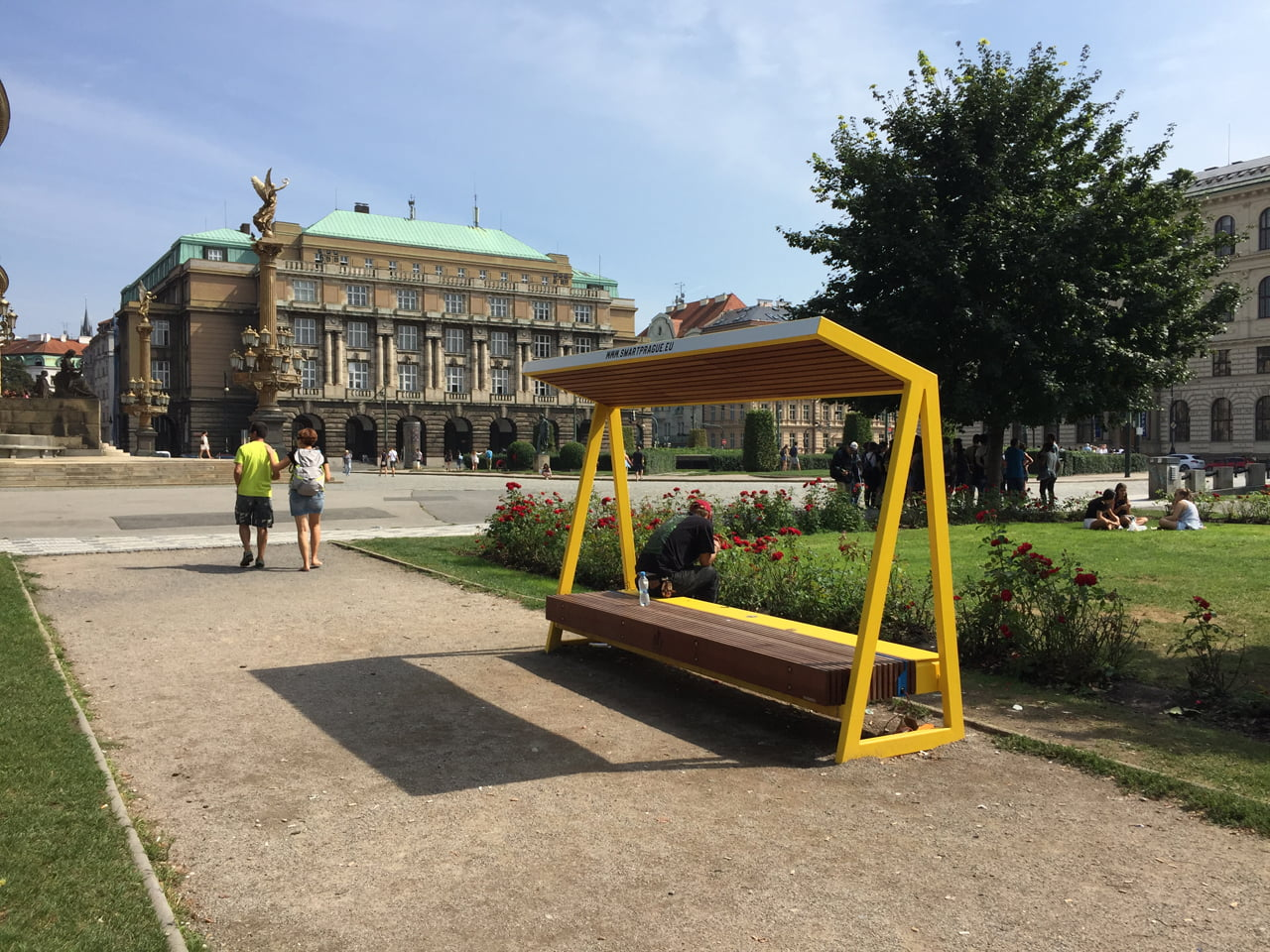Chytrá lavička smartcité od mmcité u Rudolfina v Praze