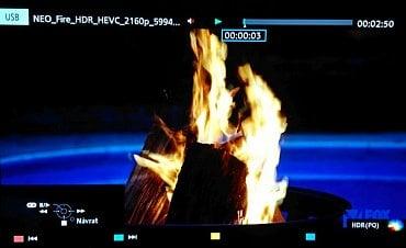 Televizor na přehrávání obsahu s HDR krátce upozorní v pravém spodním rohu.