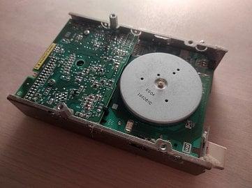 Disketová mechanika - spodní část (deska elektroniky a pohon magnetického kotouče).