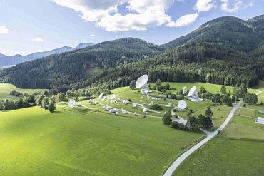 Vysílací satelitní stanice Teleport společnosti Telecom Austria v rakouských Alpách u obce Aflenz odkud se signál Antik Telecom šíří na družici.