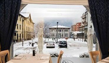 Hotel Bernina ve městě Tirano v Itálii. Výhled z restaurace na nádraží Rhatské dráhy.