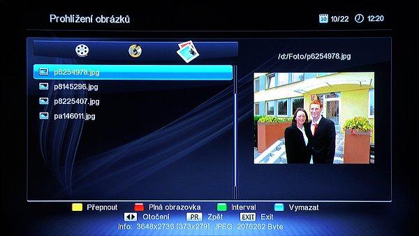 V přehrávači médií, které zapínáme prvním neoznačeným tlačítkem vlevo nahoře na dálkovém ovládání můžeme přepínat pomocí žlutého tlačítka na adresáře s video záznamy, hudebními záznamy a nebo fotografiemi ( na obrázku).