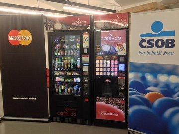 Vendingový automat společnosti Delikomat s akceptací bezkontaktních karet