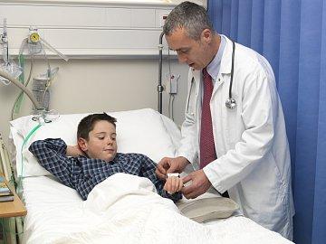 Dítě nemusí zůstat s lékařem samotné, rodiče mají právo být s ním.