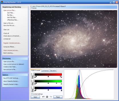 DeepSkyStacker spojí více fotografií noční oblohy do jedné