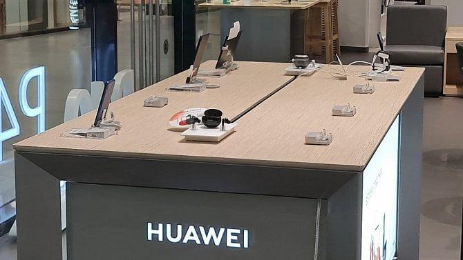 Dopady sankcí: Huawei v ČR zavírá kamenný obchod, prodeje telefonů se propadly