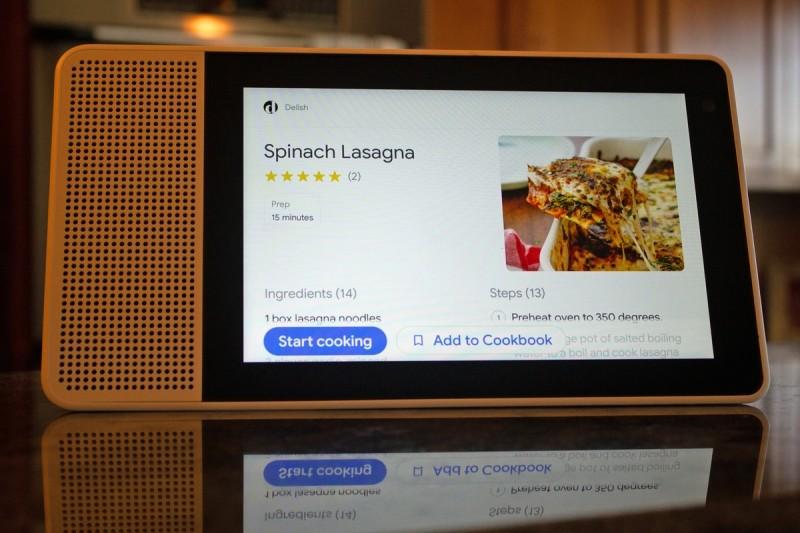 Až najdete recept, který budete chtít vyzkoušet, můžete jej poslat ze svého smartphonu nebo tabletu do nějakého inteligentního zobrazovače Google, jako je například model Lenovo, který je vidět na obrázku.