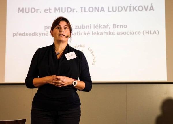 Ilona Ludvíková na jedné ze svých přednášek
