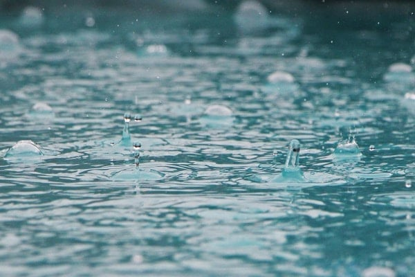 Odborníci se dohadují, odkud se mikroplasty ve vodě berou