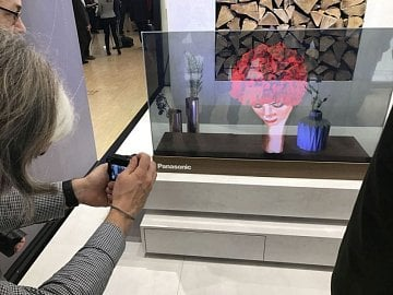 """Panasonic Transparent Glas – """"inteligentní sklo"""", které se po zapnutí přemění v plnohodnotný televizní přijímač…"""