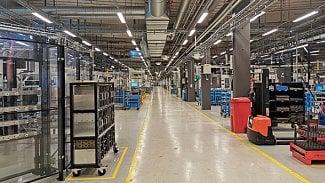 Lupa.cz: V téhle továrně přebírají práci roboti a AI. A co lidi?