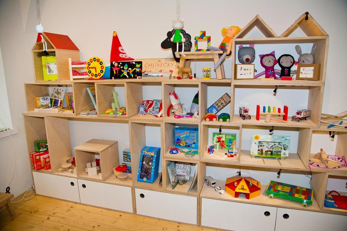 Hugo chodí bos nabízí hračky, které zaujmou i starší generaci.