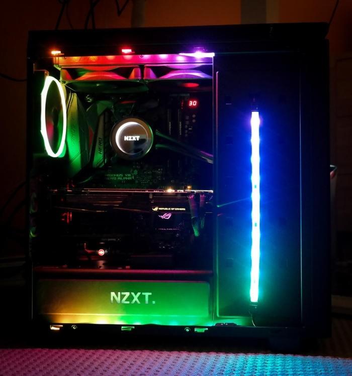 LED pásky a RGB větráček v počítačové skříni za provozu