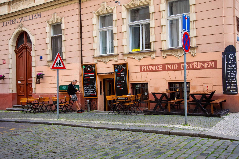 Může za to koronavir, zahrádky v centru Prahy zejí prázdnotou