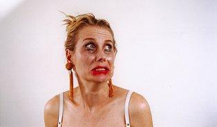 Hysterická žena se stylizuje do role chudinky