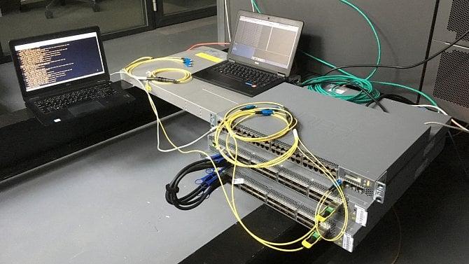 Testování páteřních switchů pro privátní datový sál