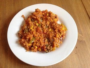Vegetariánská jambalaya s okrou: Připravte si tradiční rýžový pokrm z New Orleans