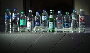 Test: Vbalených vodách jsou mikroplasty. Nikdo neví, kde se berou