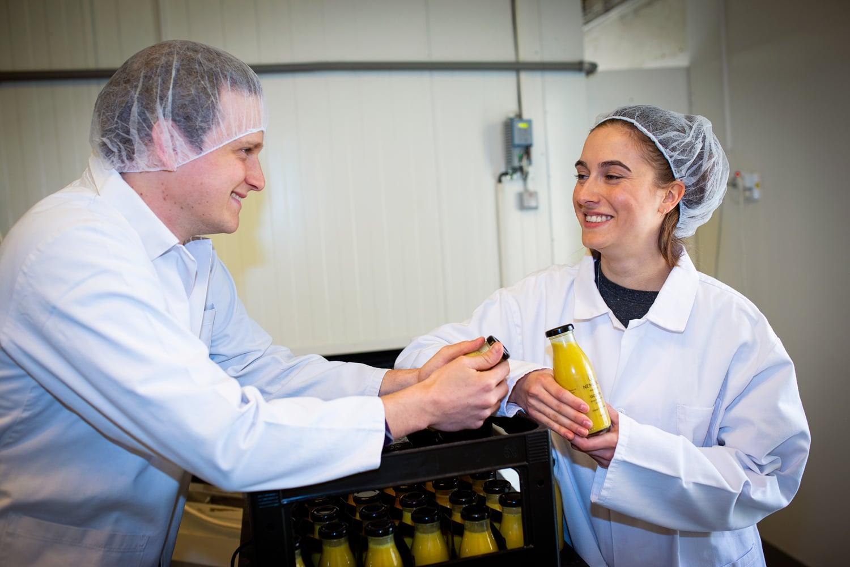 V Nemléku vyrábějí rostlinné nápoje i jogurty. Podívejte se