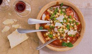Vreceptu na polévku minestrone využijete staré kůrky parmezánu