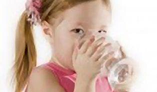 Malým dětem mohou minerálky uškodit, lepší je kojenecká voda