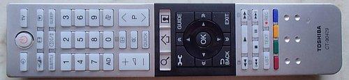 Dálkový ovladač je na pohled (i na ohmat) vysloveně luxusní. Je zřetelně rozdělen do tří zón s povětšinou bezproblémově čitelnými znaky.