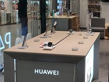 V kamenných prodejnách Huawei v Česku už v podstatě chytré telefony nejsou