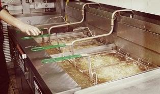 Fritování: Vyměňují restaurace a stánky olej včas?