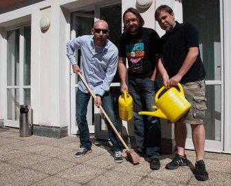 Tři společníci na terase novývh kanceláří Multimedia atelieru. Zleva Miroslav Zapletal, Tomáš Zvěřina, Ivo Kubát.