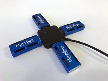 Čtyři kousky Movidius Neural Compute Stick v USB rozbočovači
