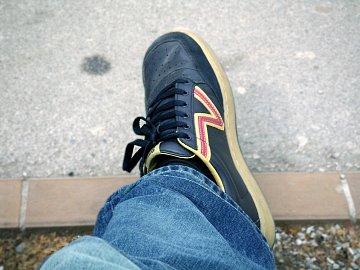 Pach nohou zhoršují uzavřené nekožené boty a nevhodné umělé ponožky.