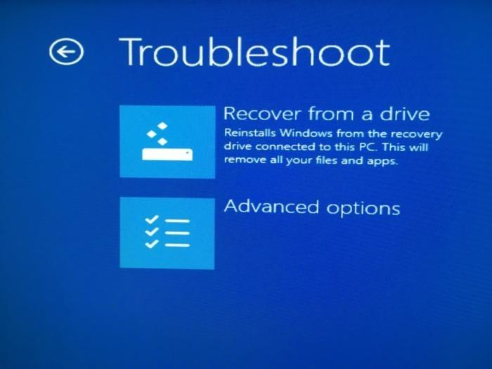 Tuto obrazovku uvidíte, pokud se zavedete operační systém z jednotky pro obnovení. Jednotka pro obnovení vám umožní buď opravit operační systém Windows, nebo jej úplně přeinstalovat.