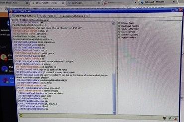 Interní chat operátorek. Tady se vzájemně domlouvají, kdo vezme další chat s klientem, kdy má kdo pauzu a další organizační věci.