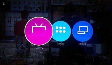 """Takto nyní vypadá základní domácí obrazovka u nově zakoupeného televizoru Panasonic s Firefox OS. Jak vidíte, volba """"Live TV"""" ještě nebyla přeložena a vyfotil jsem ji právě v okamžiku, když do ní televizor přecházel, proto je zbytek ikony trochu překryt. Vpravo vidíte už přeložené volby Aplikace a Zařízení, vše doplňuje vyhledávání umístěné vlevo nahoře."""