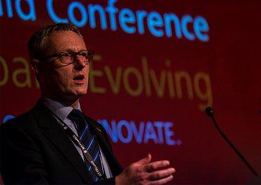 Andrew Buckley, vedoucí klíčových produktů MasterCard Europe, během prezentace na konferenci MasterCard Power od Prepaid. Budapešť, září 2014.