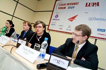 Vladan Rámiš, předeseda samoregulační komise SPIR (vpravo) vedle výkonné ředitelky sdružení Kateřiny Hrubešové na konferenci Ctech Internet Forum 2009.