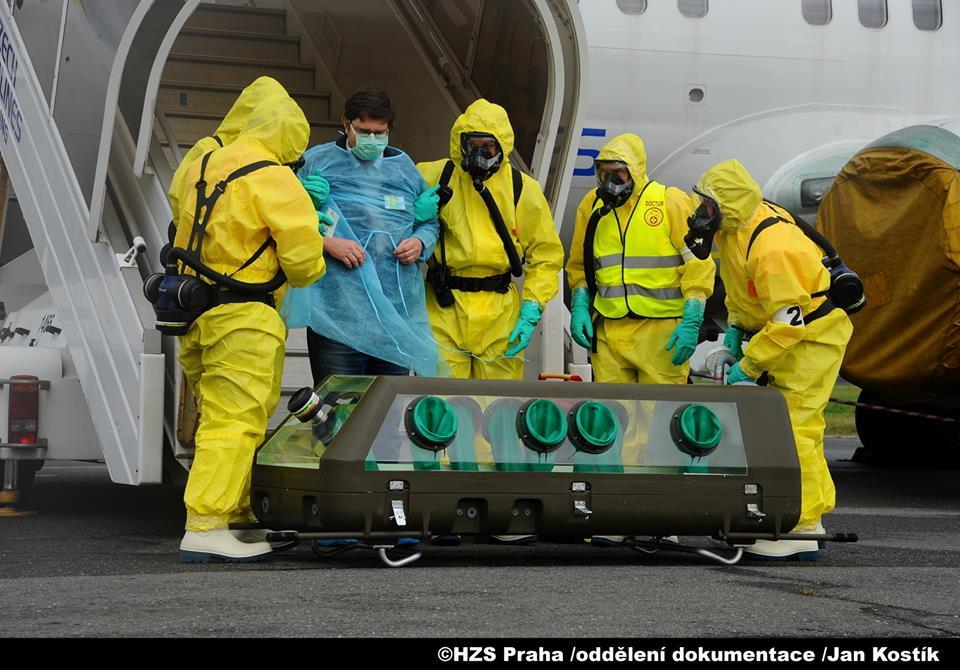 Lidé s příznaky eboly musí být dopraveni do nemocnice